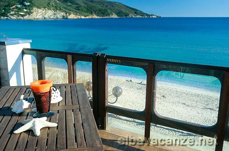 Appartamenti direttamente sulla spiaggia di marina di campo for Piani casa sulla spiaggia con portici